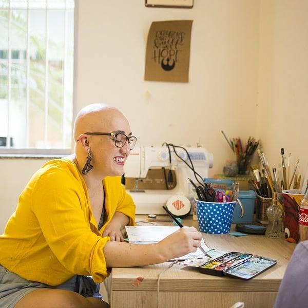 Depois da alopecia, Lolla experimentou, mas descobriu que ficava linda sem cabelos