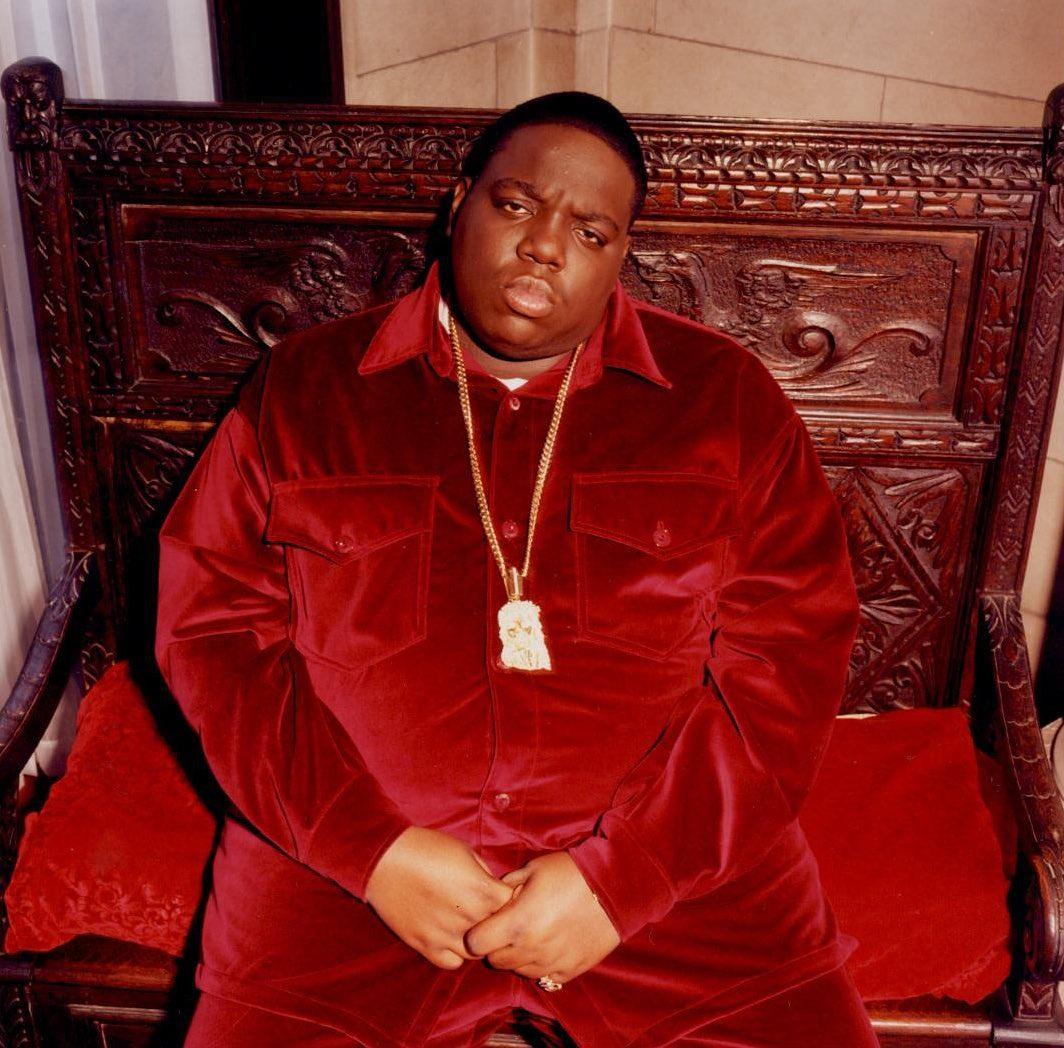 Notorious B.I.G. eternizado com um modelo em veludo vermelho da Harlem Haberdashary