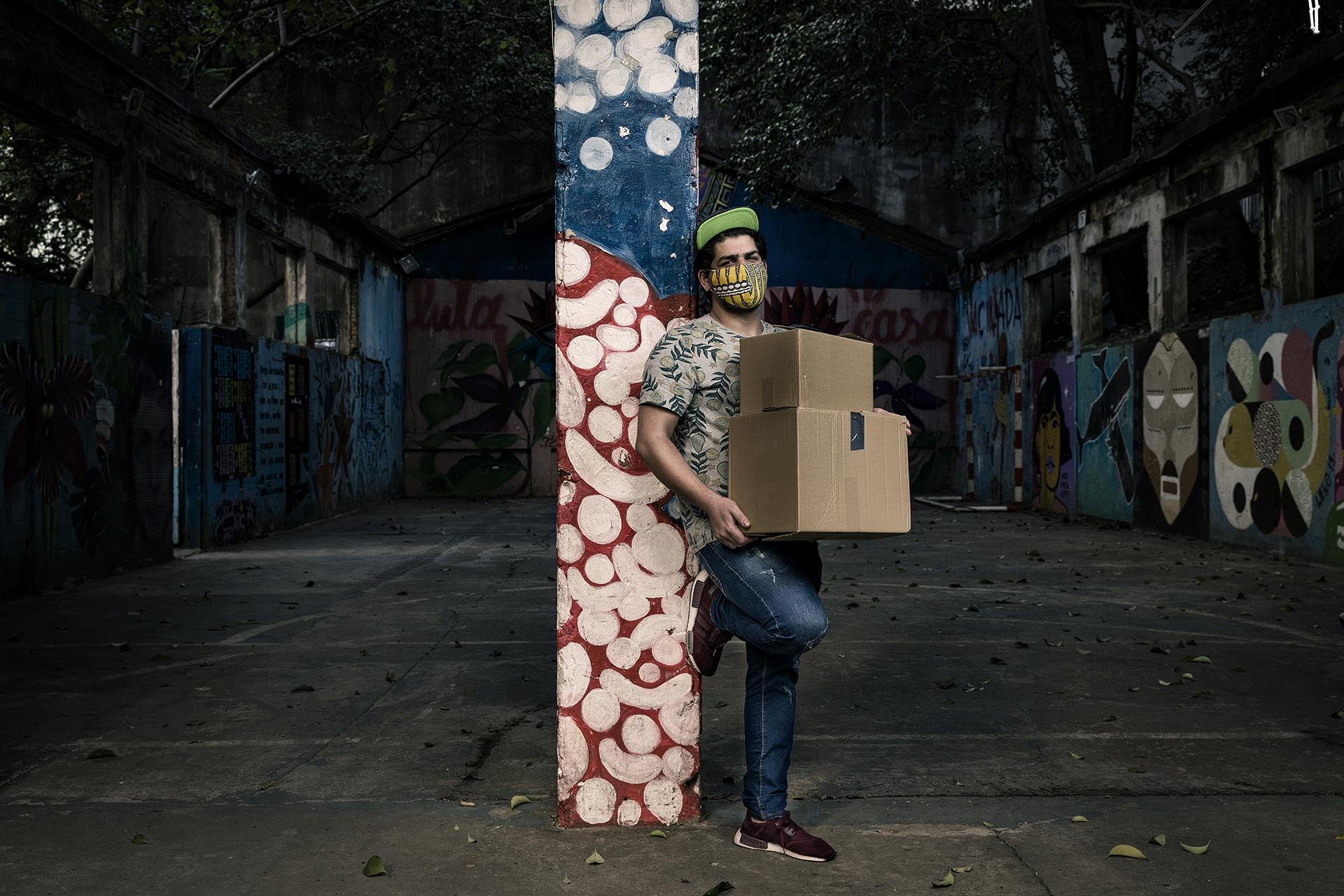 O refugiado sírio, Annas Oubeid, entregador-voluntário do projeto do Ministério Público do trabalho para a produção de máscaras sanitárias através da contratação de pessoas em condição de vulnerabilidade na oficina de costura localizada na Ocupação 9 de Julho.
