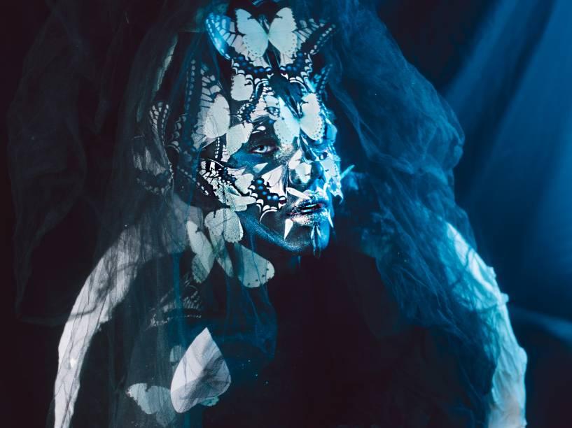 A escuridão da noite nos prepara para receber um novo dia. É o momento de parar e recuperar-se. Jaci, deusa lua tupi, é a fonte de luz que guia essa jornada. Para os gregos, a deusa Psiquê é a personificação da alma, a parte mais íntima de cada um. Como na metamorfose das borboletas, é no escuro que olhamos para dentro para nos transformamos em uma versão melhor
