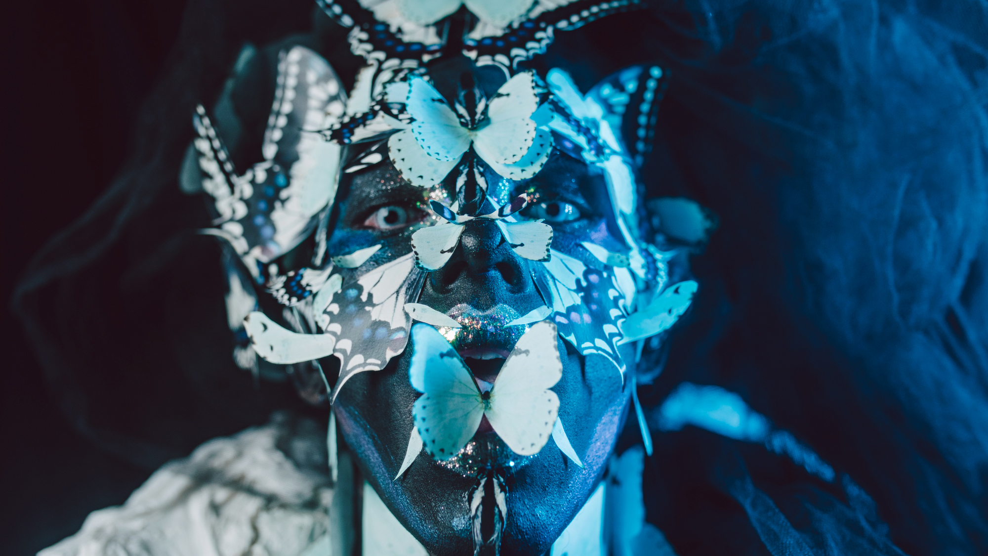 Escuridão, pausa, noite, cura. Jaci, deusa lua tupi, guia a jornada. Psiquê, personificação da alma, borboleta em metamorfoso. Escuro, ego, transformação.