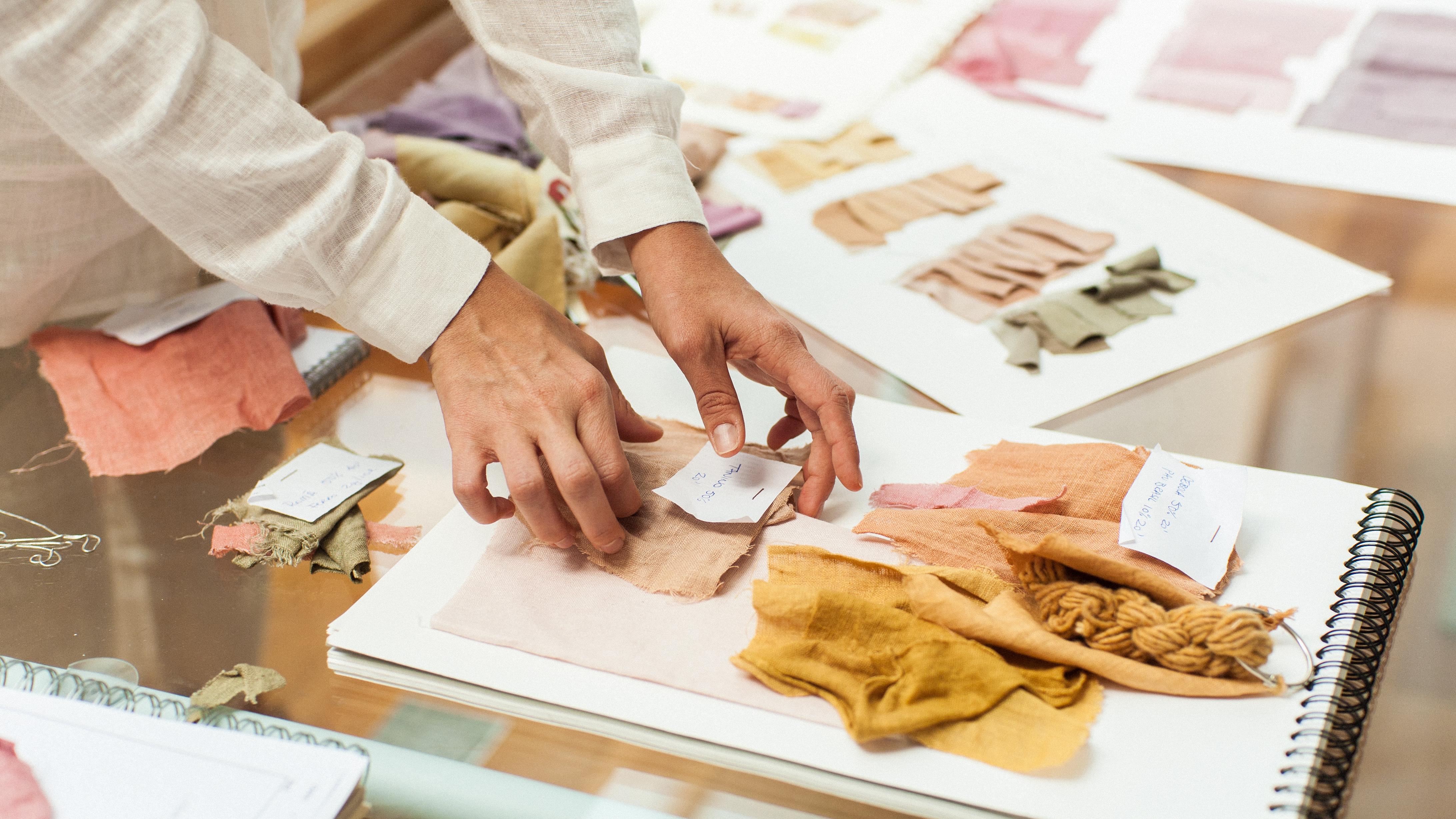 Tecidos tingidos à mão pela estilista Flavia Aranha