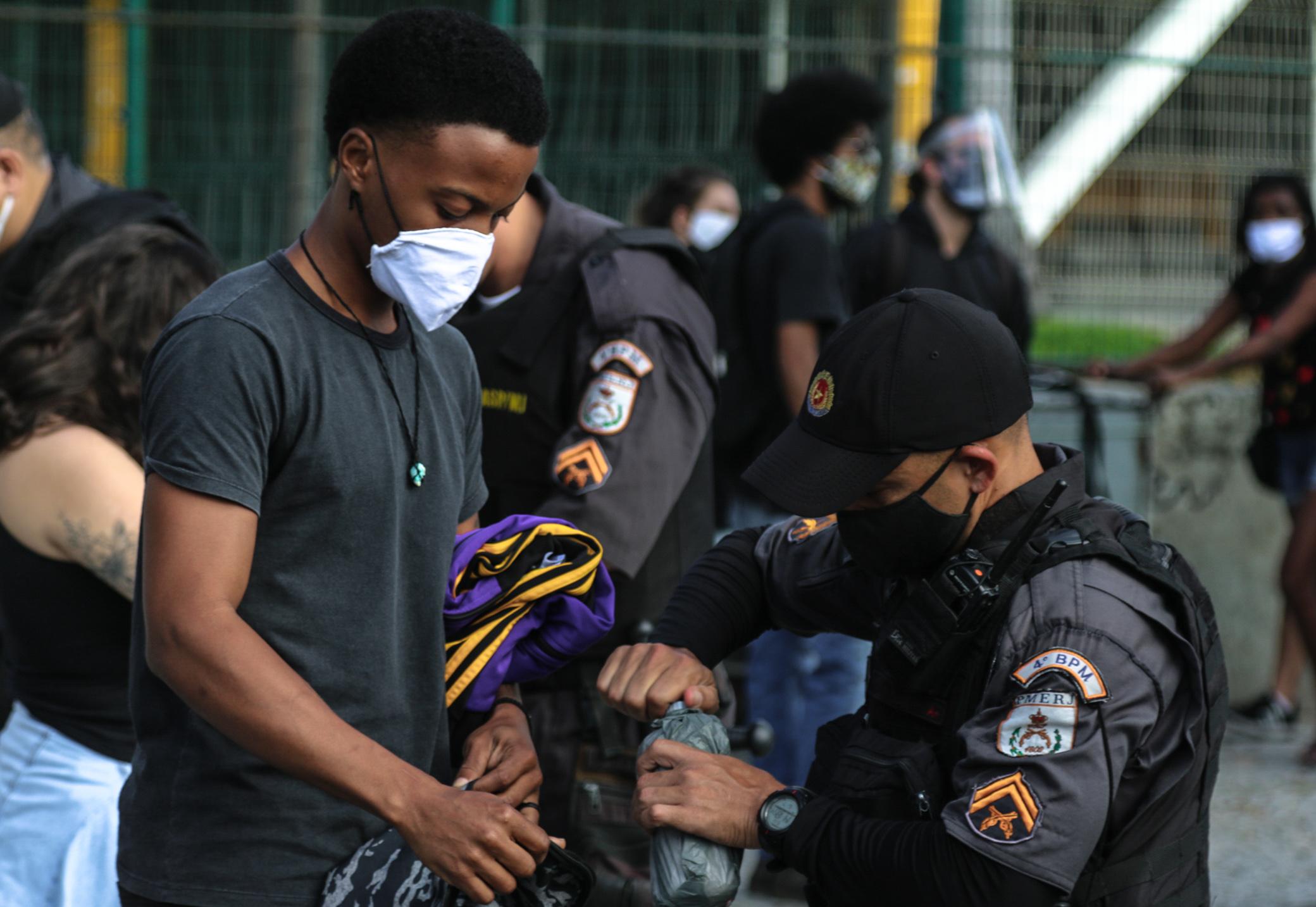 Nem mesmo em protesto contra a violência policial, manifestantes escaparam da 'dura' de PMs.