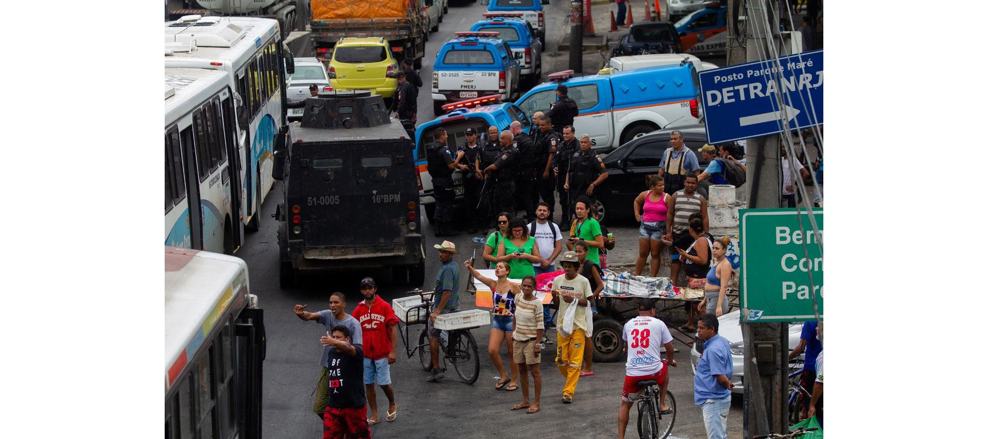 Na Maré, é comum que moradores tenham que remover corpos de vítimas das operações.