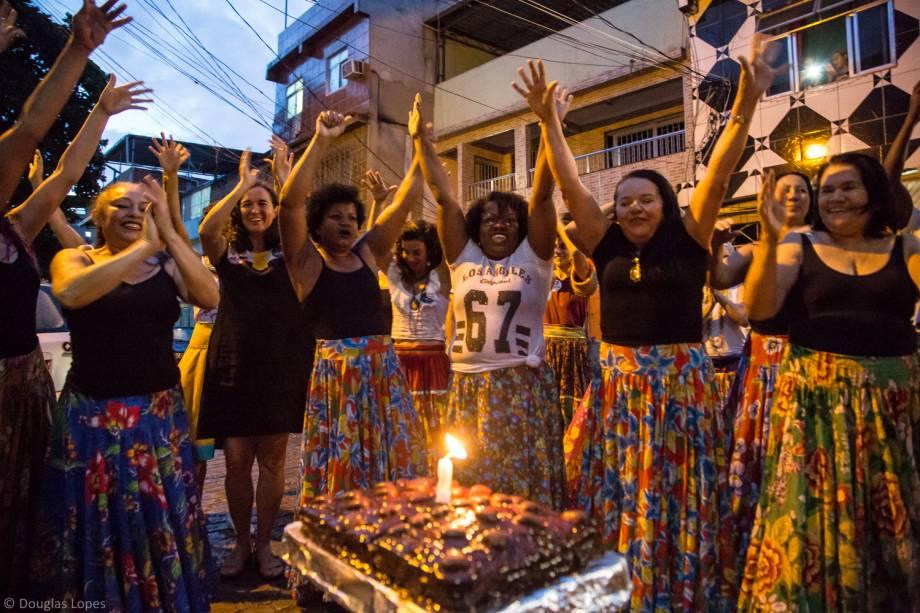 Moradoras da Maré saem às ruas para a comemoração do aniversário de dois anos da Casa das Mulheres