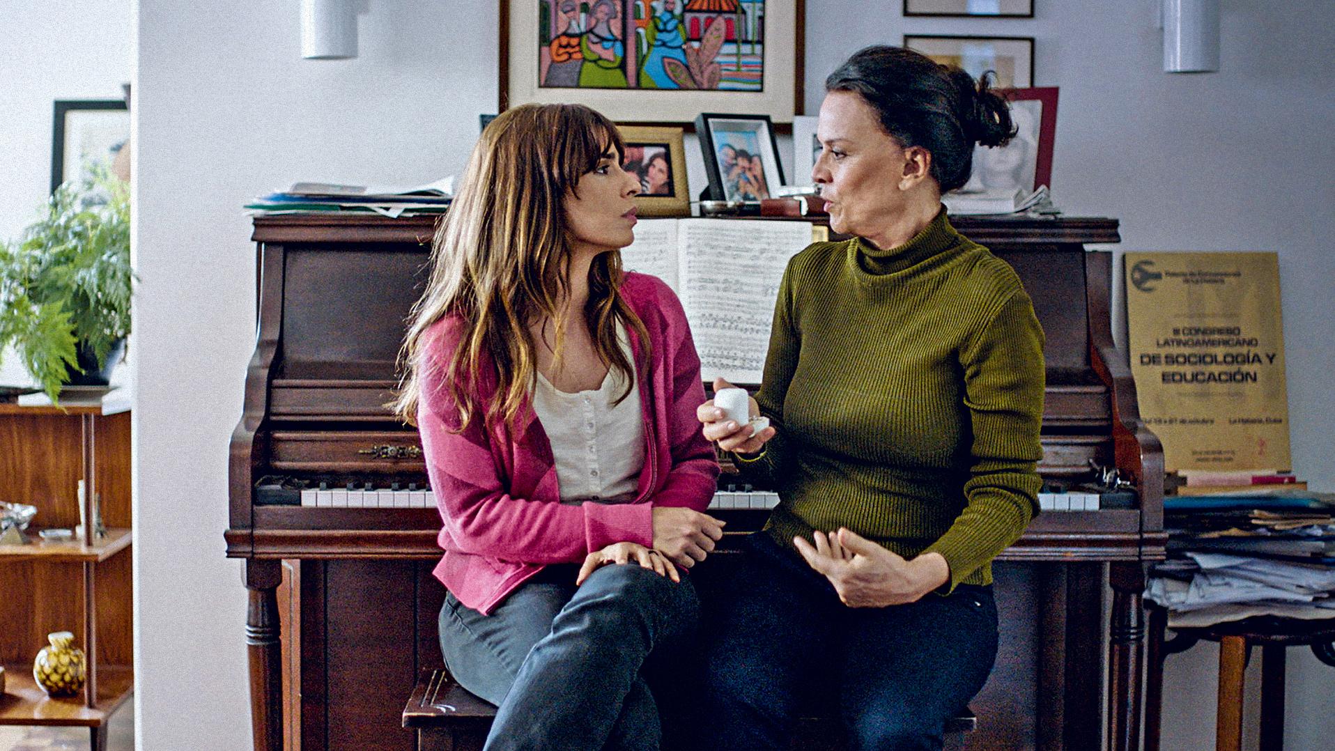 Maria Ribeiro e Clarisse Abujamra em Como Nossos Pais (20XX)