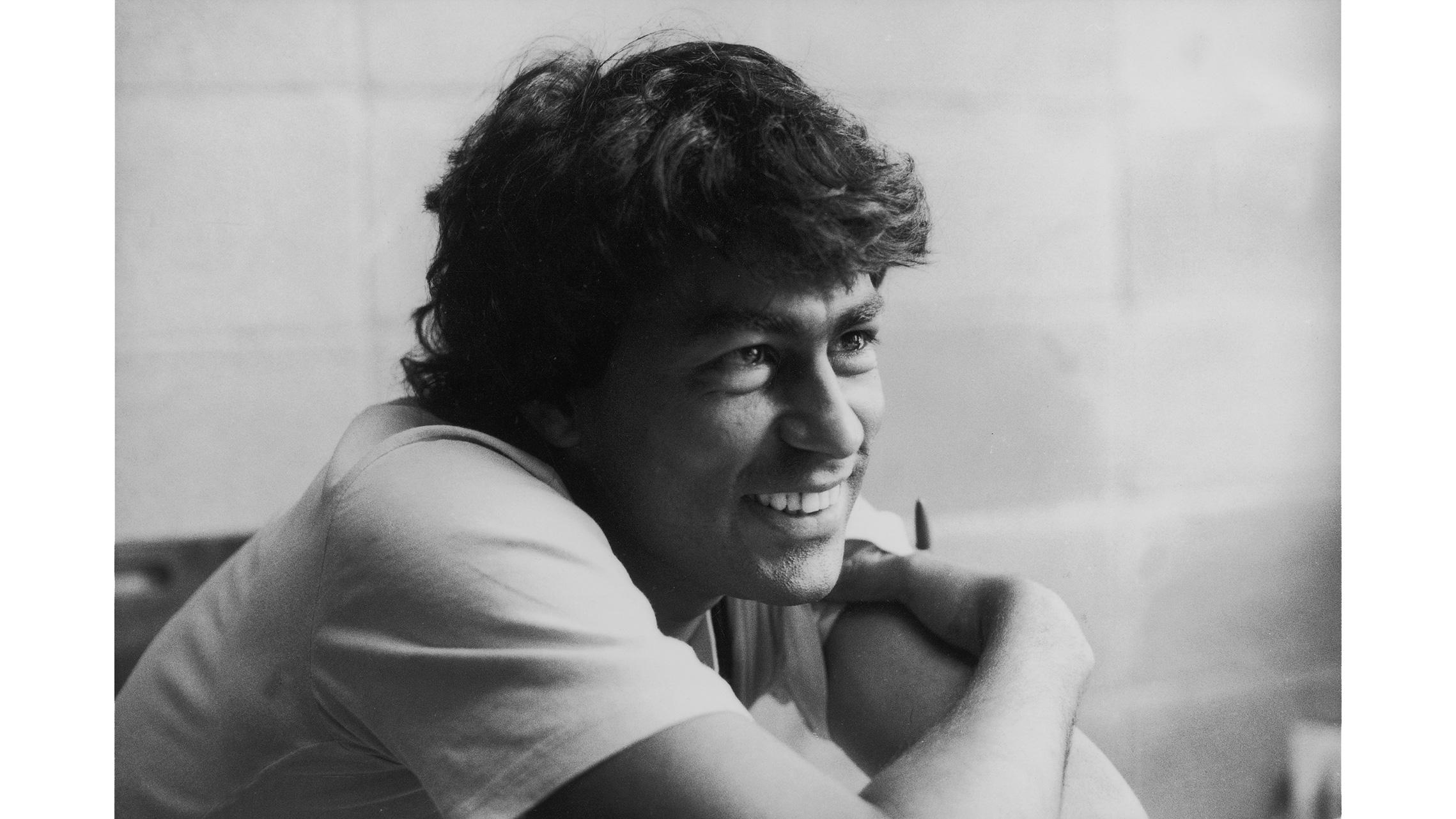 O índio, jornalista e presidente das Nações Indigenas do Brasil, Ailton Krenak, sorrindo em foto posada, na década de 90.