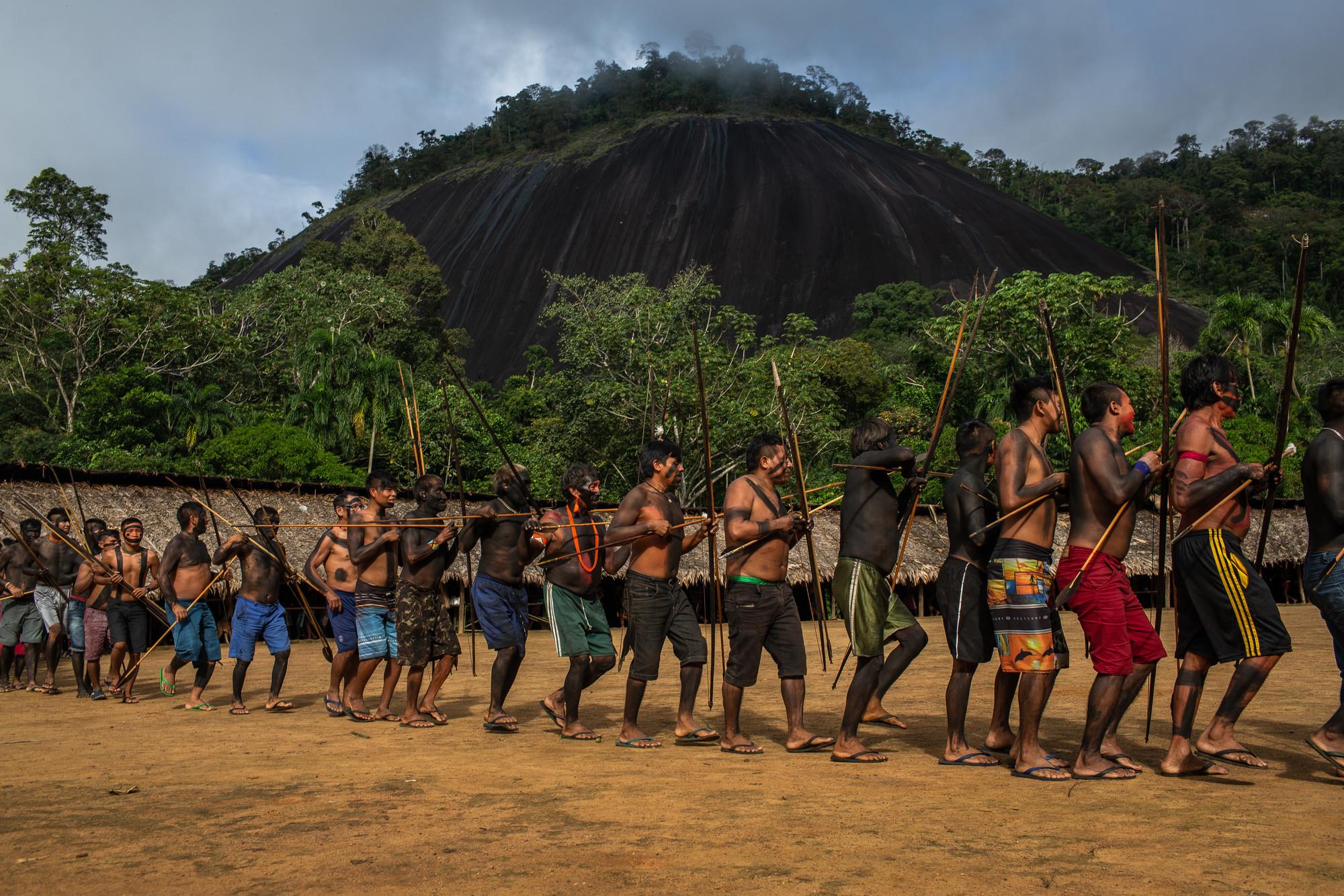 Os Yanomami em fileira durante o encontro de Lideranças Yanomami e Ye'kuana, onde os indígenas se manifestaram contra o garimpo em suas terras. O primeiro fórum de lideranças da TI Yanomami foi realizado entre 20 e 23 de novembro de 2019 na Comunidade Watoriki, região do Demini, Terra Indígena Yanomami