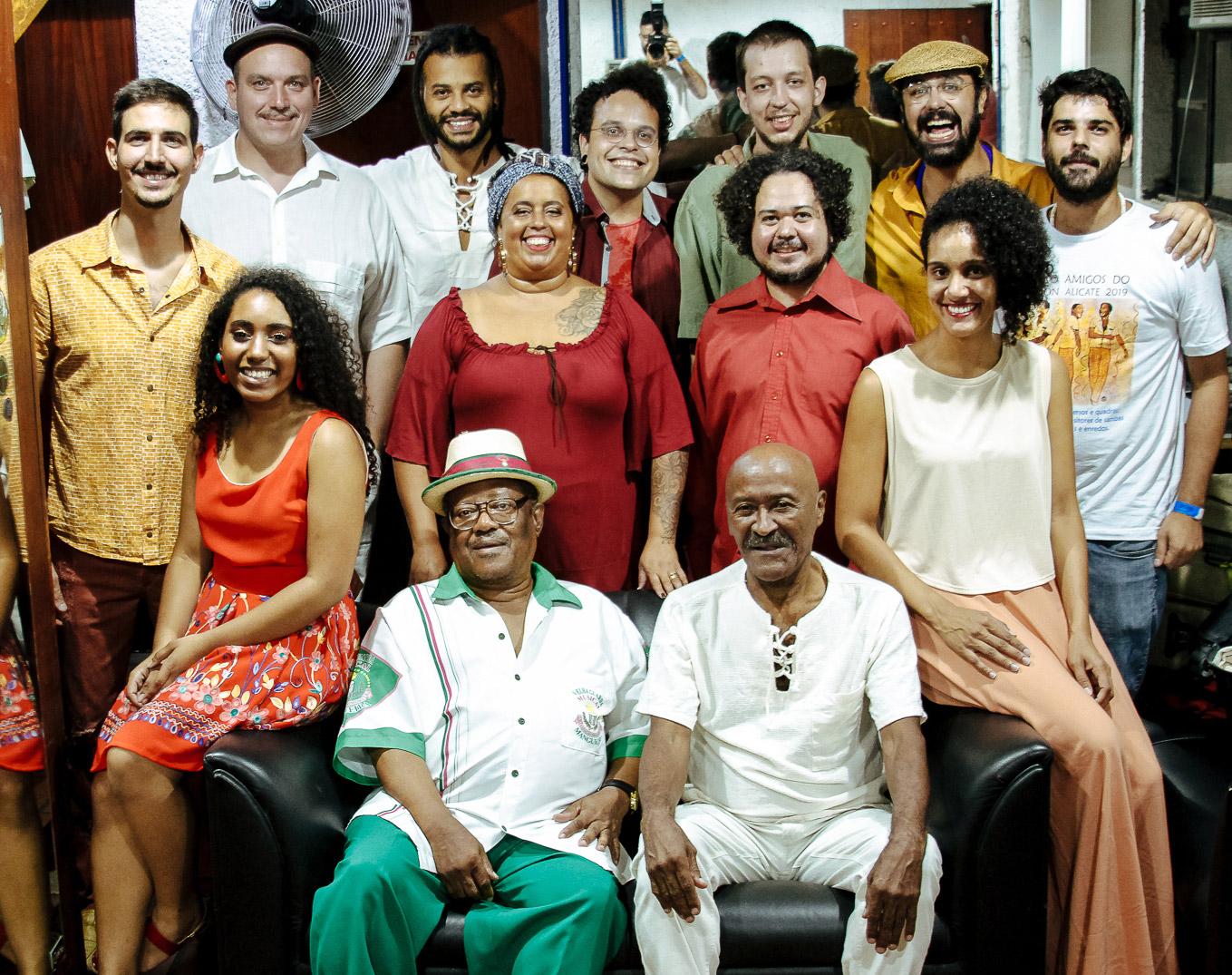 Toinho Melodia com Tantinho da Mangueira (à esquerda) e banda