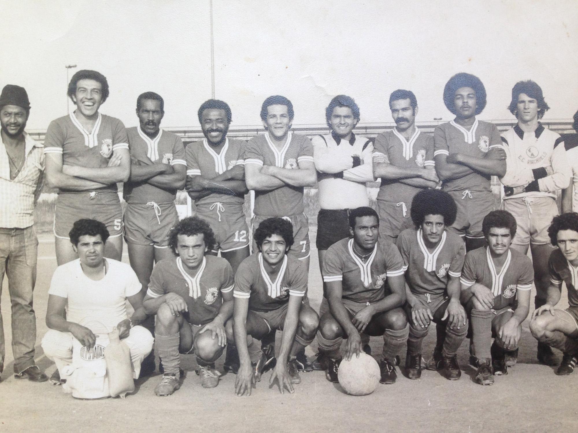 Toinho Melodia (quarto da esquerda para a direita na fileira superior) em foto pelo Esporte Clube Riachuelo nos anos 1970