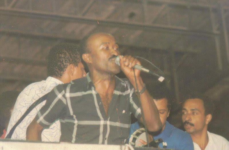 Toinho canta no Vai-Vai, na década de 1980.