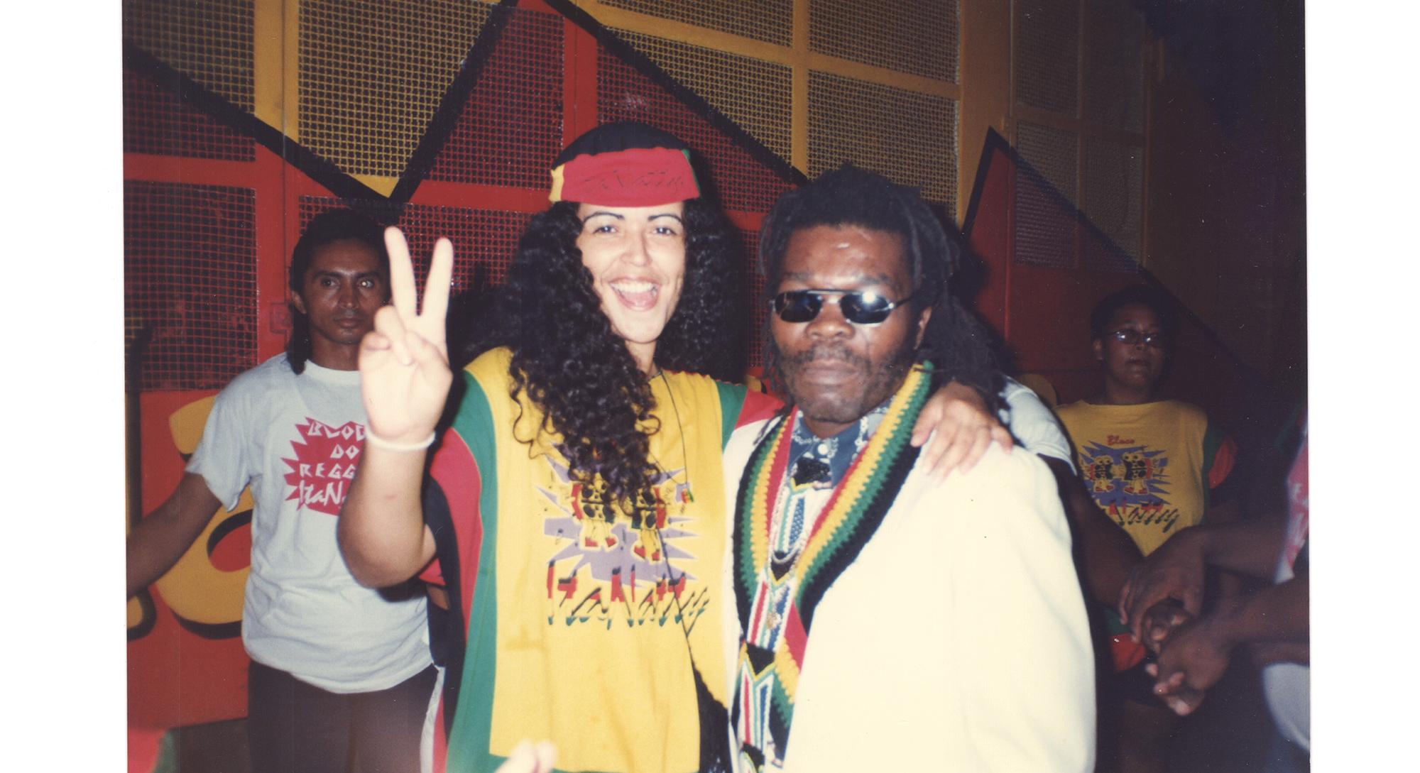 """Valéria com o cantor Eric Donaldson, autor da pedra """"Melô de Cinderella"""", no Bloco do Reggae. Começo dos anos 2000."""