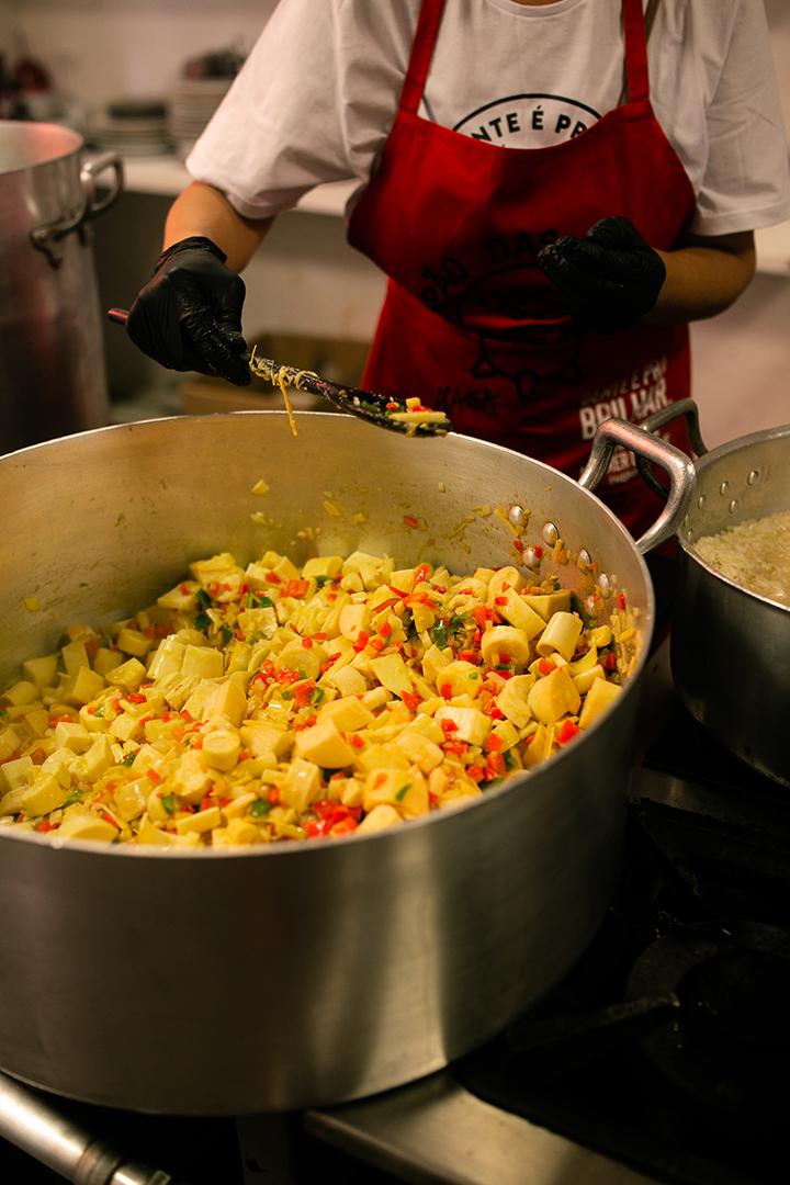 Preparo do arroz camponês na Cozinha 9 de Julho pelo grupo Sopão das Manas