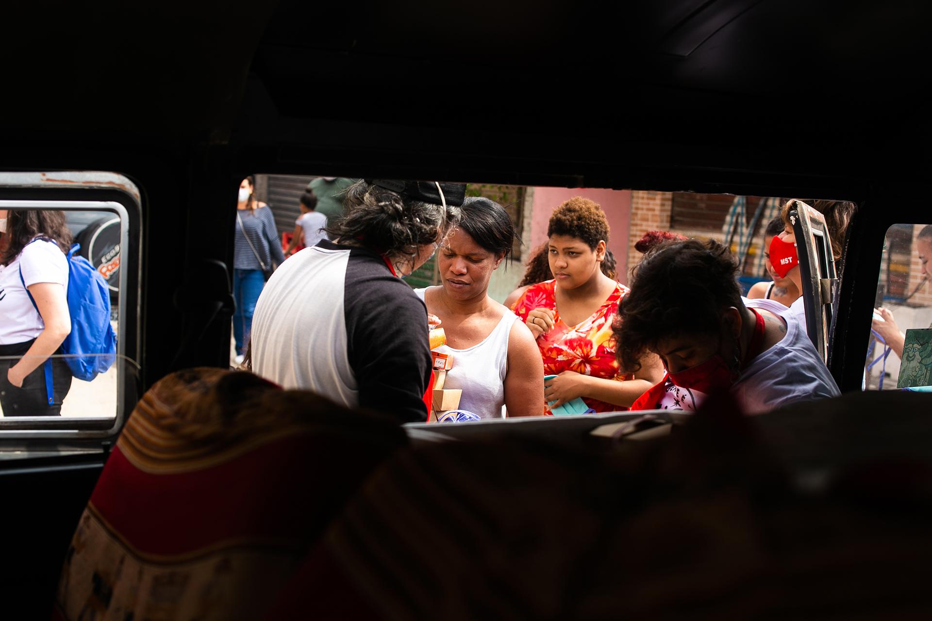 Entrega das marmitas na comunidade Diogo Pires, em São Paulo