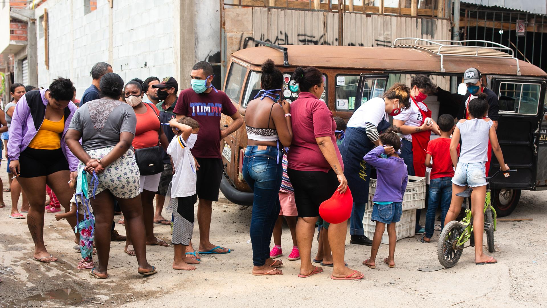 Além da marmita, moradores da Diogo Pires receberam máscaras