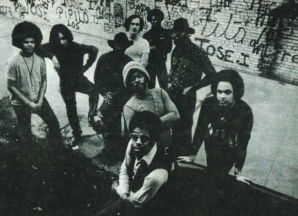 O misterioso baixista Val Burke (último à direita) com sua banda Mother Night nos anos 70.