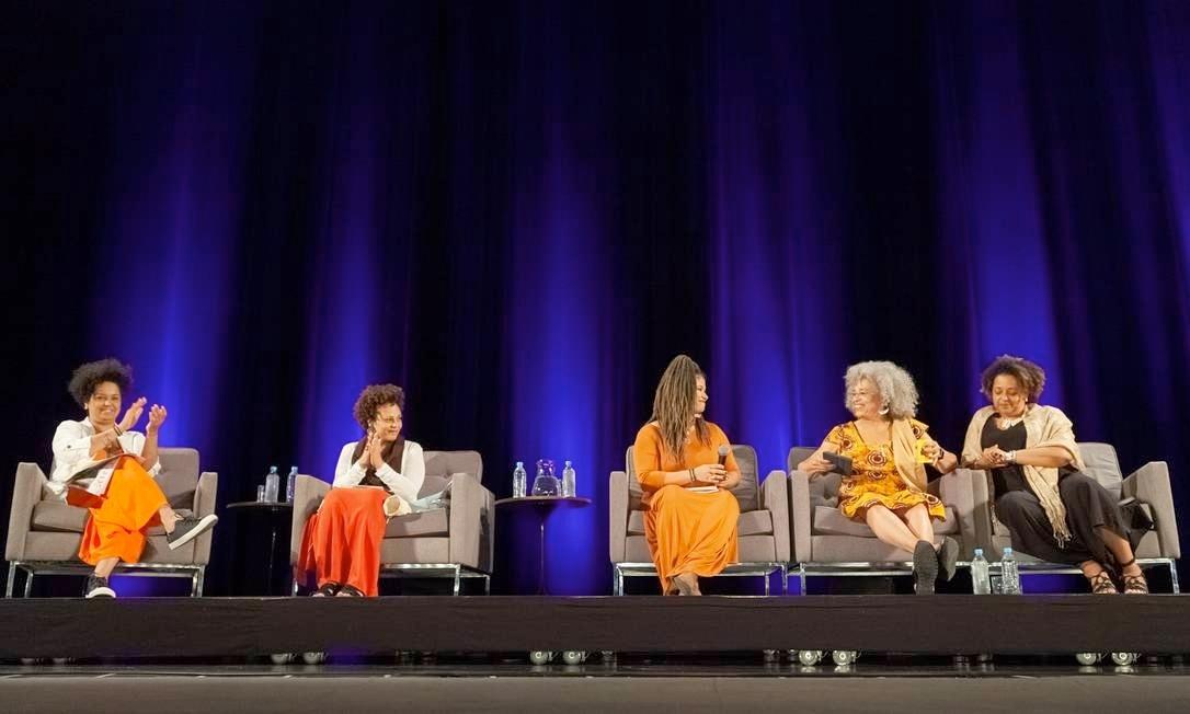 """Raquel Barreto durante a conferência """"A liberdade é uma luta constante"""" com Angela Davis no Auditório do Ibirapuera em 2019"""