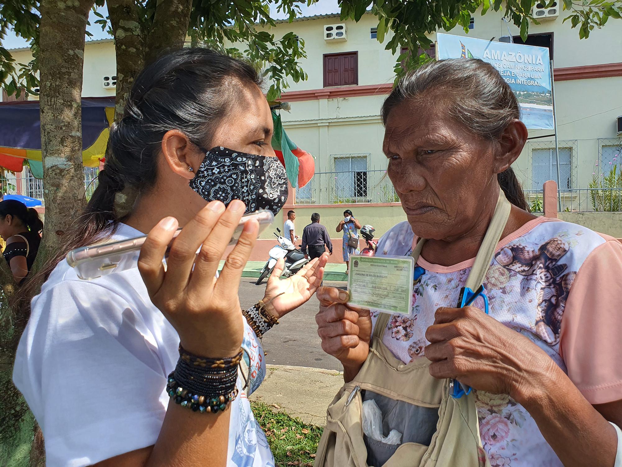 Daniela Patrícia, do povo Tukano, entrevista Joaquina Marques, do povo Dâw, durante eleições municipais de 2020
