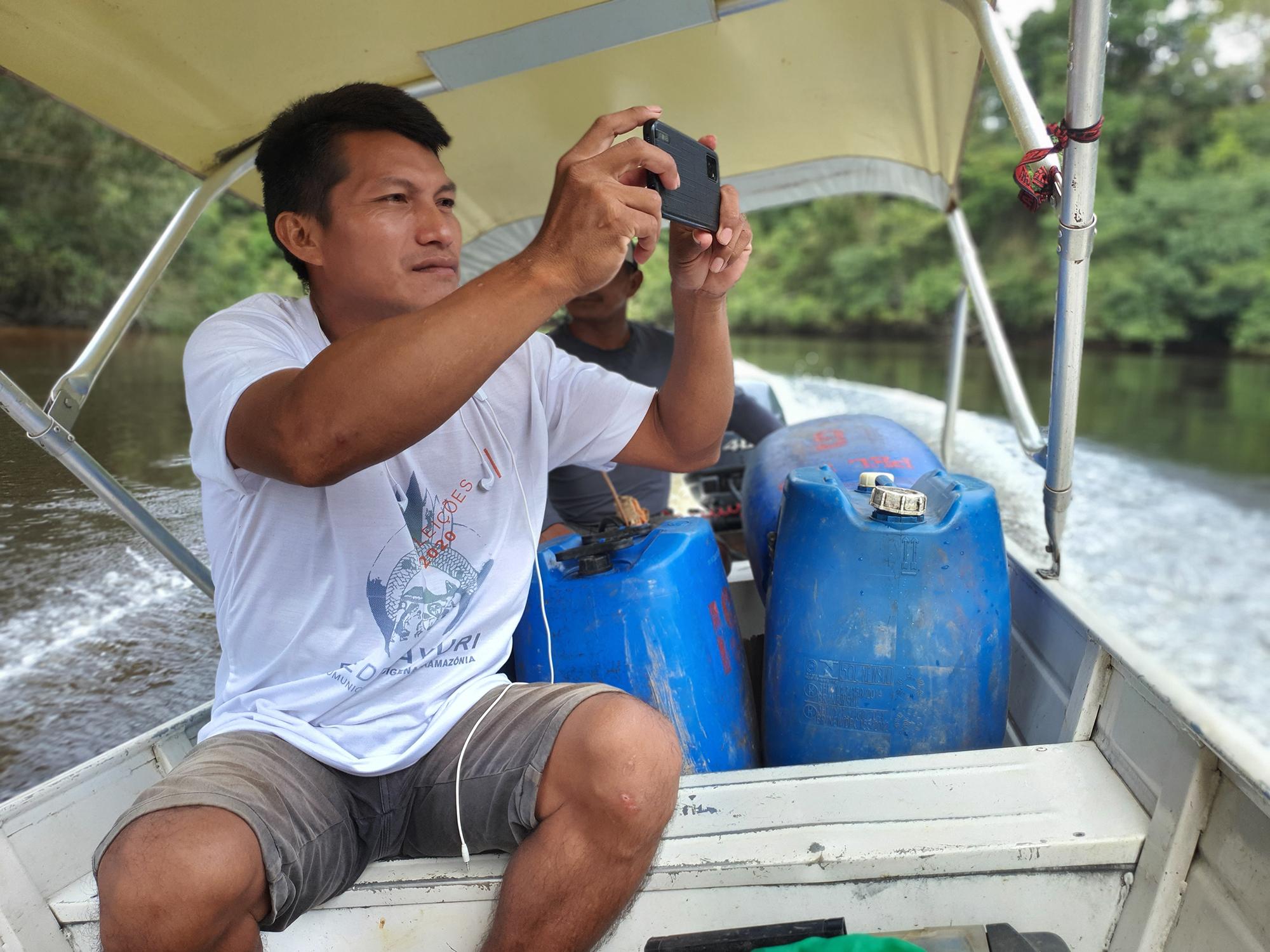Mauro Pedrosa, comunicador do povo Tukano, registra viagem pelo rio Tiquié