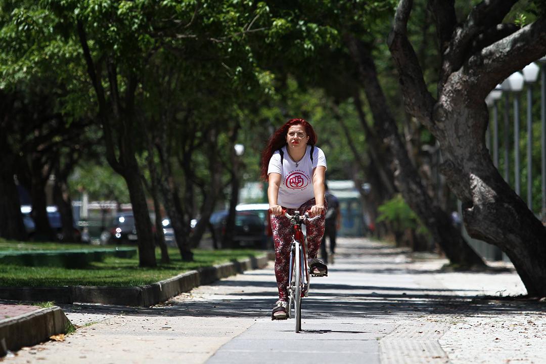 A cicloativista pernambucana JuDolores fala sobre a mobilidade sob a ótica da educação dada às crianças homens e mulheres
