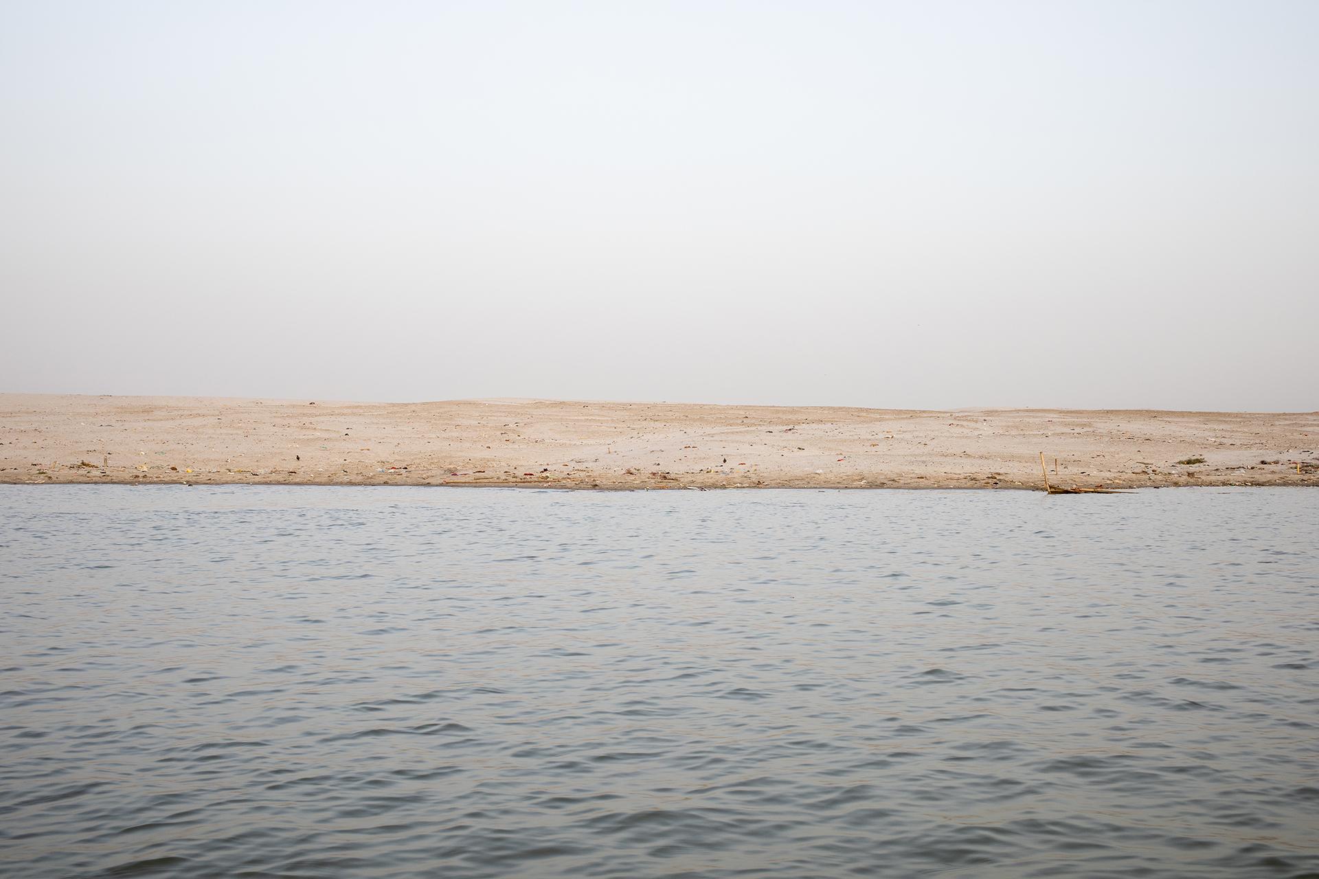 Margem do rio Ganges, em Varanasi. O Ganges, assim como a cidade de Varanasi, é um lugar de extrema importância religiosa para os hindus