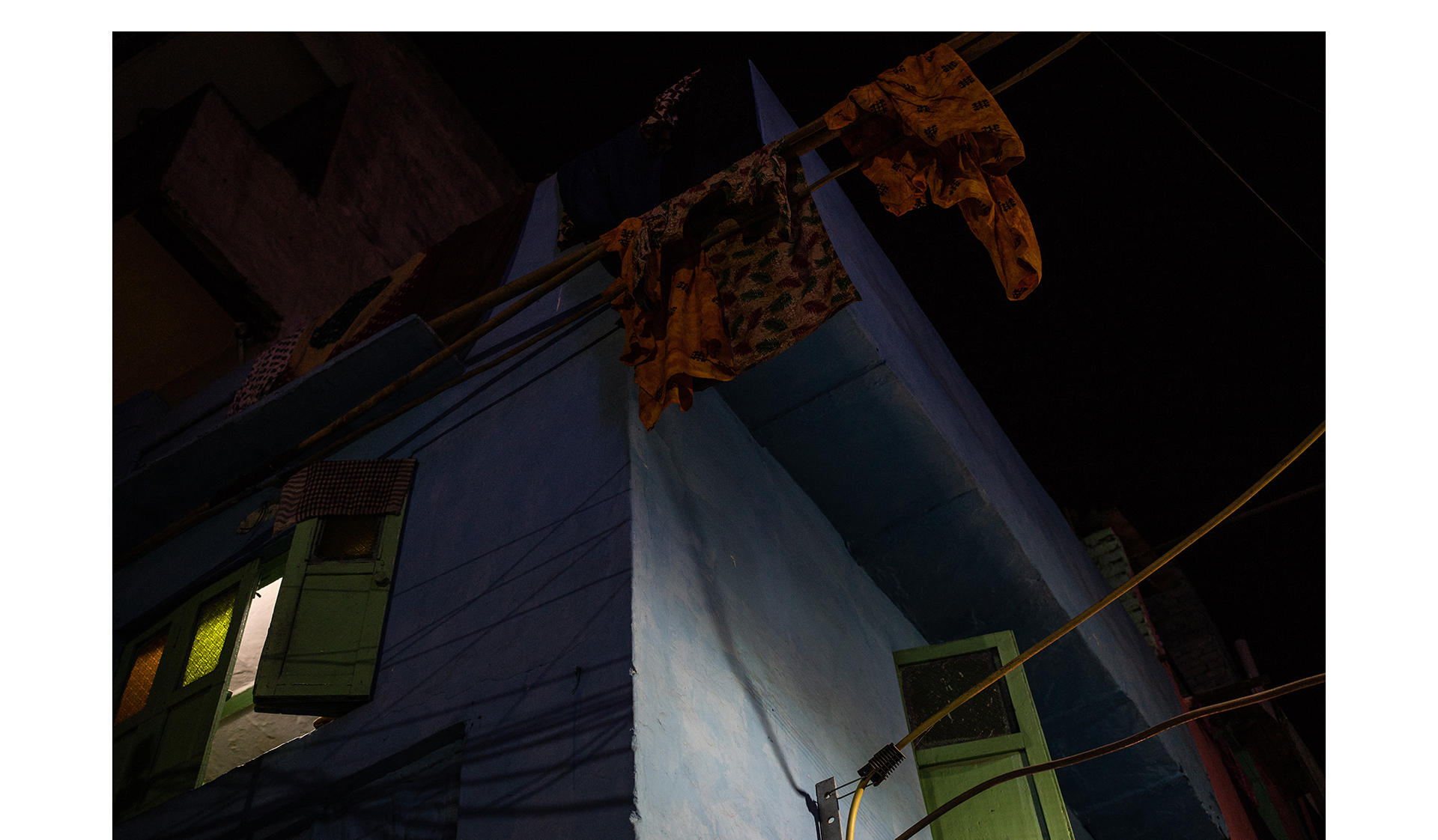 Roupas femininas na área externa de uma casa na Índia. Em 2014, a Suprema Corte indiana reconheceu pessoas transexuais como um terceiro gênero. Desde então, as hijras passaram a ter acesso à educação e à participação em projetos sociais, entre outros direitos. A decisão ainda não traz mudanças significativas na vida de muitas mulheres trans que não possuem espaço no mercado de trabalho e precisam se prostituir para sobreviver