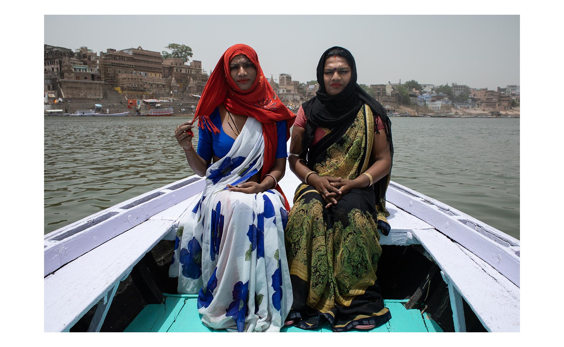 Rupaa e Muskan posam para retrato em um barco no rio Ganges, em Varanasi. Rupaa e Muskan são amigas e vivem na mesma comunidade de Hijras. Muskan frequentemente acompanha Rupaa quando elas precisam sair da comunidade, é comum as hijras circularem pela cidade em grupos por questões culturais e por segurança.