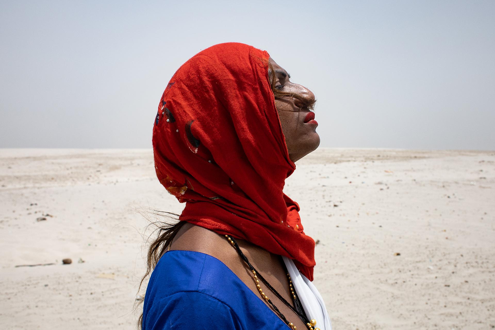 Rupaa em uma área deserta na margem do rio Ganges, em Varanasi. Durante nossa conversa, ela fala alegremente sobre sua paixão pela tradicional dança indiana