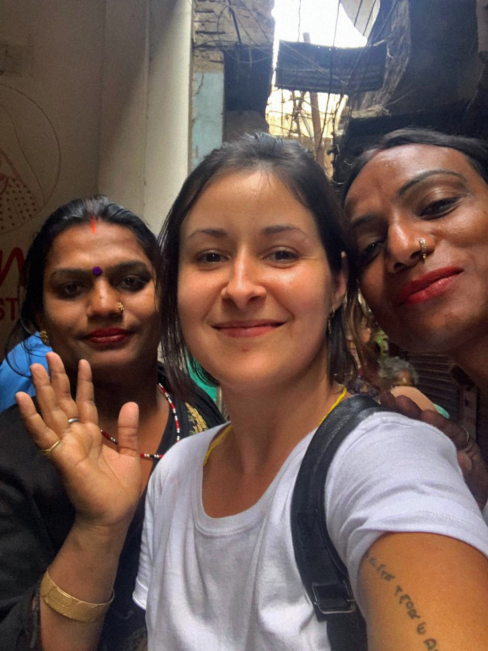 Muskan, Dan Agostini e Rupaa em Varanasi no dia em que se conheceram, em 2019